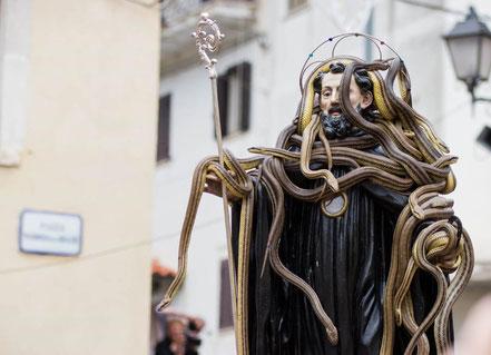 MAG Lifestyle Magazin Reisen Urlaub Italien Abruzzen Schlangenfest Cocullo Schlngenfänger