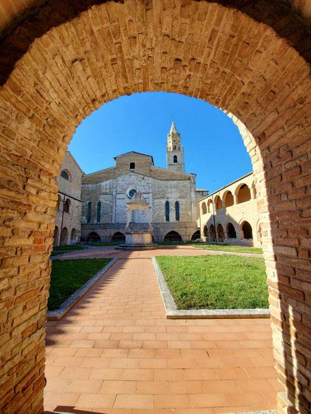 MAG Lifestyle Magazin Reisen Urlaub Italien Abruzzen Atri Altstadt Wahrzeichen Calanchi