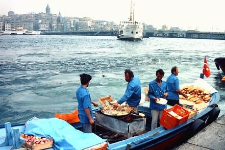 MAG Lifestyle Magazin Reisen Urlaub Bahnreisen Istanbul Galata Brücke Turm  80er Jahre vor Corona Coronakrise