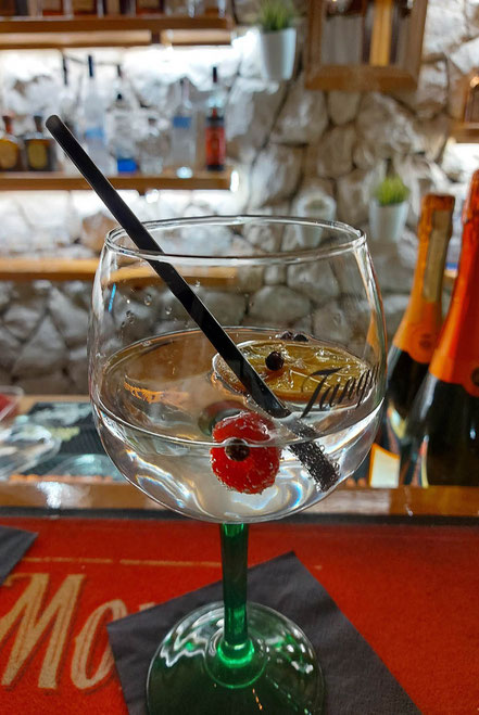 MAG Lifestyle Magazin Urlaub Reisen Kroatien Dalmatien Makarska Riviera Baska Voda Beachbar Zanzi Bar Cocktailbar Zanzibar Cocktails Longdrinks Strand Bar