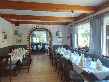 MAG Lifestyle Magazin online Kulinarik Genuss Österreich Salzkammergut Grundlsee Restaurant Dorfwirtshaus Seeterrasse Saibling Fisch Wild