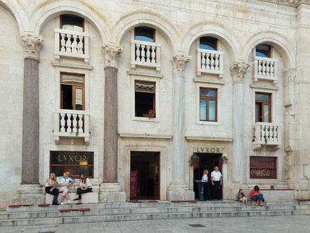 MAG Lifestyle Magazin Urlaub Reisen Kroatien Split Hafenstadt Dalmatien Peristyl Cafe Luxor