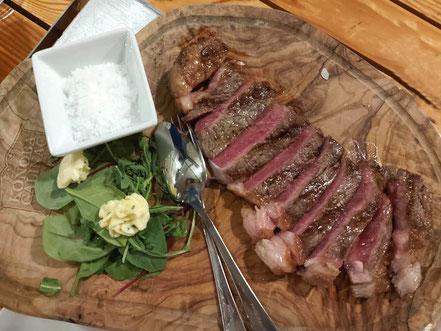 MAG Lifestyle Magazin Urlaub Reisen Kroatien Dalmatien Makarska Riviera Brela Restaurant Konoba Galinac Holkohlengrill Fleischspezialitäten Grill Lamm Kalbfleisch Steak