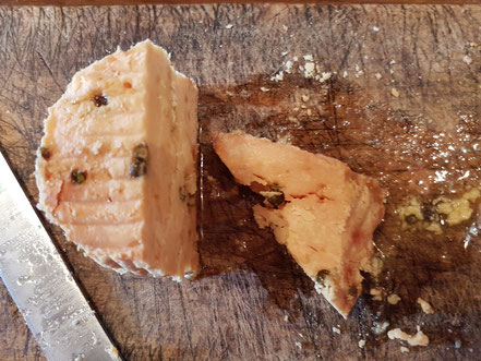 MAG Lifestyle Magazin kulinarische Spezialitäten Leckerbissen Gaumenfreuden Kroatien aufgetischt dalmatinischen Konoba Brela Gornja Makarska Riviera Dalmatien dalmatinisches Olivenöl eingelegter Käse