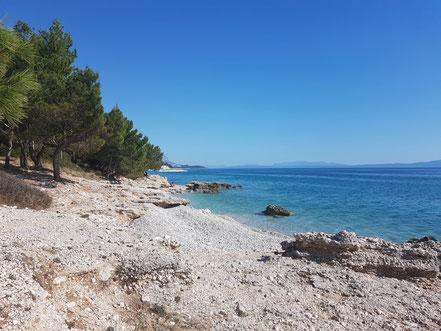 MAG Lifestyle Magazin Kroatien Dalmatien Urlaub Reisen Adria FKK schönste Strände Makarska Riviera Brela Baska Voda Promajna schwimmen sonnen nackt Bucht
