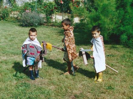 Comment fabriquer un cheval de bois : 3 enfants déguisés en chevaliers montent 3 chevaux de bois faits maison