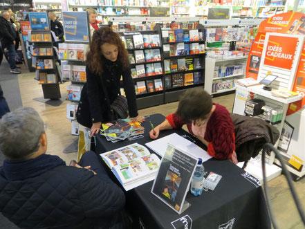 """Dédicaces à la FNAC de ma BD """"Entre les pages des Volcans"""", Emmanuelle OLGUIN"""