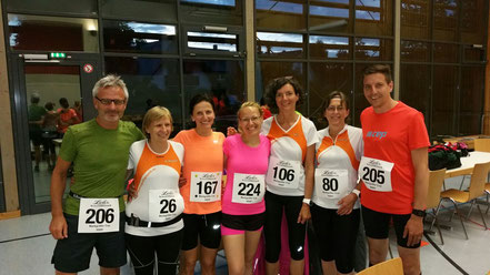 Hat sich das Lauftraining wohl bezahlt gemacht? Unsere Marathonkursteilnehmer vor dem Start beim Biengener Nachtlauf. Noch wird gelacht...