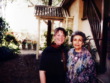1994 ; Arnavaz with Geri Craddock at Meherazad. ( image edited )