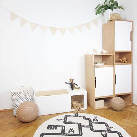 Kinderzimmereinrichtung mit Spielzeugkiste, Kinderschränke und Wimpelkette aus Holz