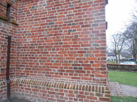 Kloostermoppen met lengtes van 32 cm. en diktes van meer dan 9 cm. maken duidelijk dat de torenvoet beslist ouder moet zijn dan 15de of 16de-eeuws.