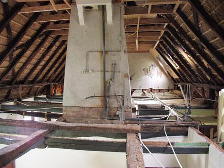 De zolder van het voorhuis na de asbestsanering.