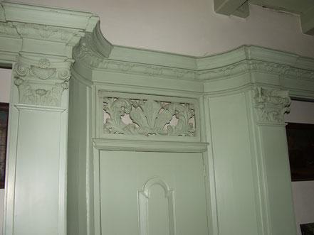 Eén van de monumentale beschotwanden in Lodewijk XIV-stijl.