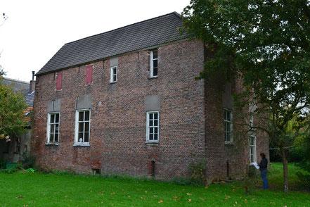 In de 19deeeuw werd de gracht gedempt en is het pand verlaagd en gelijkgetrokken. Diverse vensters werden vergroot.