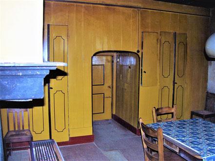 De bedstedewand van de 'gele kamer' ziet er nog fris uit, in aanmerking genomen dat de aanwezige verflaag zeker een eeuw oud is.