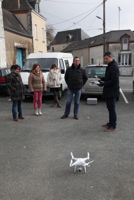 Chloé Bellanger, membre de l'APB ; Fabienne  CORMY et Mélanie MARECHAL, secrétaires de mairie ; Thierry Frogerais adjoint au maire et Marc Lapointe, gérant de la société LCSII et pilote du drone.