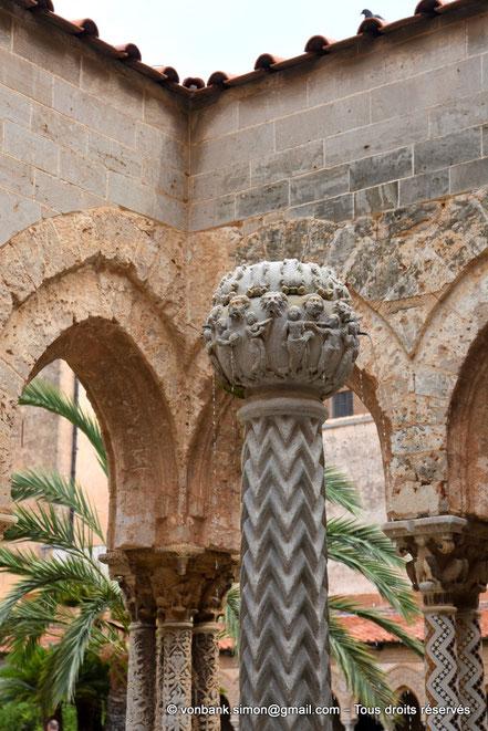 Cloître des Bénédictins (Monreale) : Tige de la fontaine surmontée d'une boule en bouton de fleurs (Petit Cloître, XIII°) - Sicile - Italie