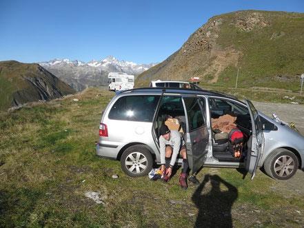 unruhige Nachtruhe beendet - am Furkapsse, hinten das Finsteraarhorn, höchster Berg des Berner Oberlandes