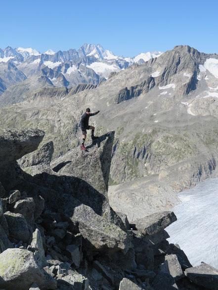 ein Steinwurf entfernt vom Rhonegletscher oben auf dem Kleinen Furkahorn