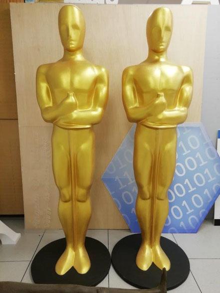 Pareja de Oscar, para cada lado del escenario, cada lado de la entrada etc.