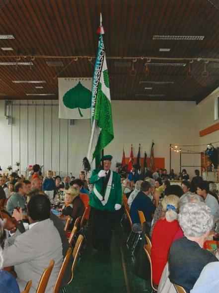 Am 25. November 2001 war es soweit. Unser Fähnrich Leubin Georg marschierte zum letzten mal mit der Vereinsfahne von 1968 bevor diese dem Verein übergeben wurde.