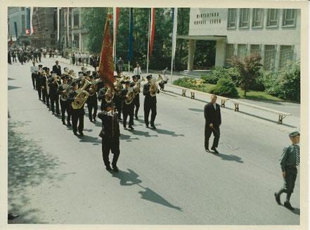 """Zum ersten Mal wollten auch die Schupfarter Musikanten an einem solchen Anlass dabei sein. Die Musikalische Leitung hatte, Max Serazio. Mit """"Tambourbeginn vorwärts Marsch"""" wurde der Marsch """"Kameraden"""" von A. Baur vorgetragen."""