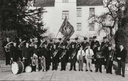 Die Musikgesellschaft im Schlosspark von Säckingen 1963, unter der Leitung von  Max Serazio. Die schwarze Uniform wurde ein Jahr zuvor angeschafft.
