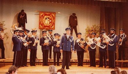 wurde am 3. Mai 1981 eine Königsblaue modische Uniform.