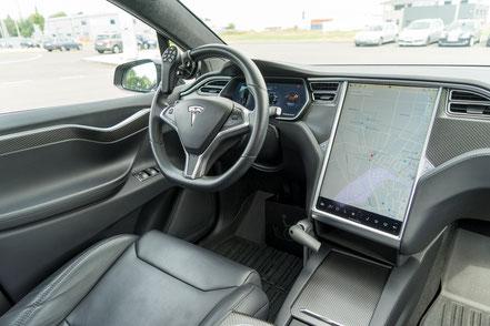 behindertengerechter Tesla Selbstfahrerumbau, MFD, Handgerät, Rutschbrett, Sodermanns