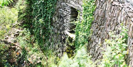 """Mur de soutènement routier """"en clavade"""", Ardèche sud"""