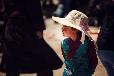 Elegant gekleidetes Mädchen aus Ladakh in Nord-Indien