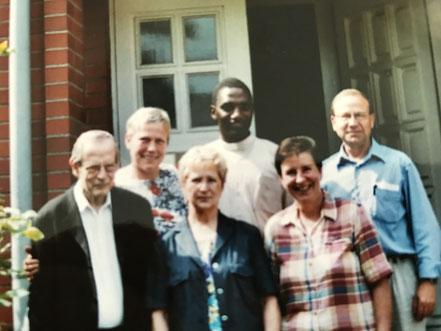 1. v.l. Pater Adriaan van Zonneveld CSSp früher Missionar in Ugweno/Tansania und später bis zur Pensionierung Pfr. von Schwaney,  1. v.r. Hans-Josef Leineweber, der Initiator des Kirchbauprojektes