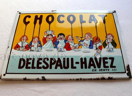 Wunderbares Motiv mit 8 Schokolade essenden Kindern auf dem originalen Emailschild Chocolat Delespaul