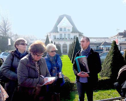 La visite historique du Touquet débute devant le Palais des Congrès. Loïc Vambre nous présente les premiers créateurs du Touquet-Paris-Plage.
