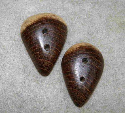 zwei Holzknöpfe Goldregen als Tropfen mit 4,3 cm