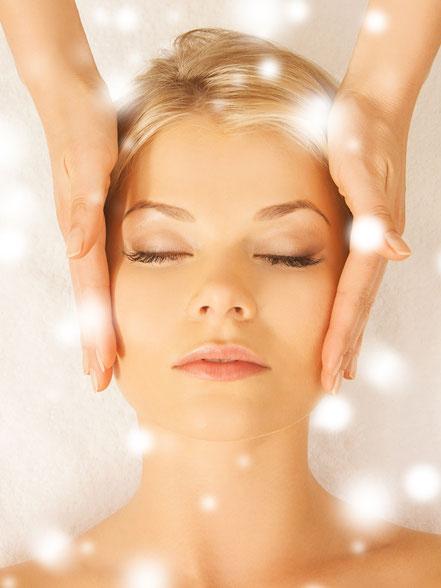 hübsche Frau erhält eine Gesichtsbehandlung - Kosmetologie Suzann Scheidegger