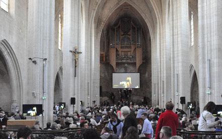 Installation du public dans l'abbatiale (photo R. Robin)