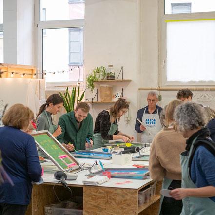 Team, Gruppe, JGA, kreativ, Workshop, Siebdruck Workshop, Frankfurt am Main, Screen Print, Jakob und Tatze, jakobundtatze, Siebdruck, Atelier, Werkstatt