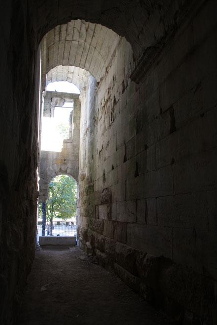 Bild: Gang im Dianatempel in Nimes