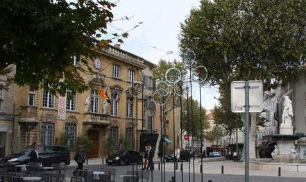 Bild: Hôtel de Ville mit Statue des Ing. Adam de Craponne