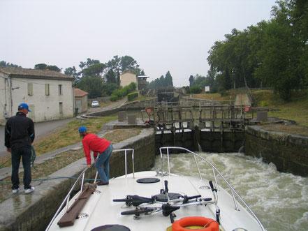 Bild: Mit dem Hausboot auf dem Canal du Midi in der Schleuse