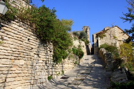 gepflasterte Straße mit Stufen