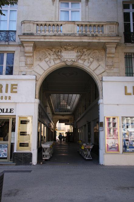 Bild: Einkaufsgallerie in Nimes