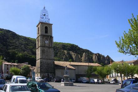 Bild: Les Mées, Kirche Notre-Dame-de-l´Olivier, und den Les Pénitents