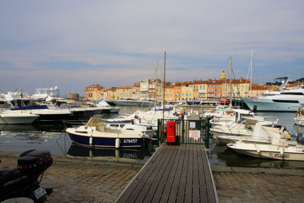 Bild: Hafen in Saint-Tropez, links hinten der Tour du Portalet