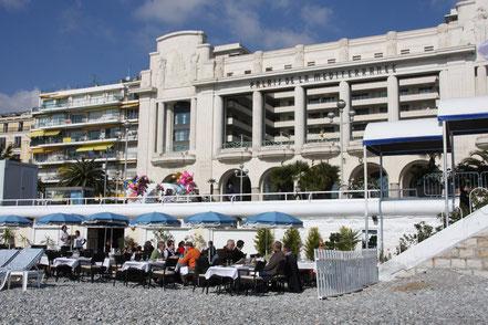 Bild: Mittagessen direkt am Strand im Februar 2013 vor dem Palais de Mediternanée