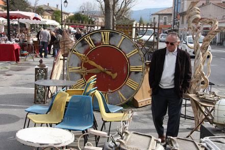 Bild: Antiquitätenmarkt in Isle-sur-la-Sorgue