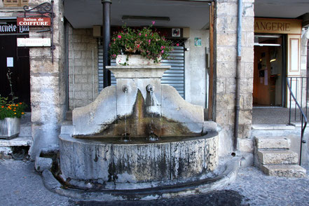 Bild: Fontaine in Moustiers-Sainte-Marie