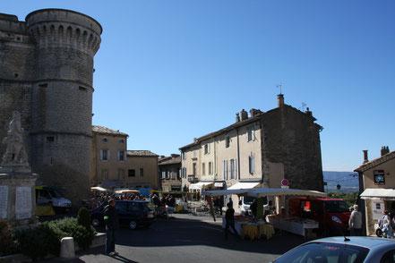 Bild: Markttag am Dorfplatz in Gordes