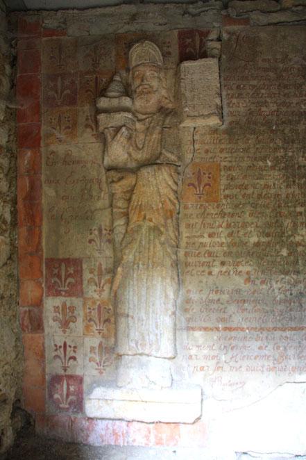 Bild: Mauernische in Crestet mit Statue Guillaume II. de Cheisolme